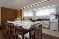 Decoração de: Cozinha integrada; banquetas de madeira estofadas; Casa de Valentina