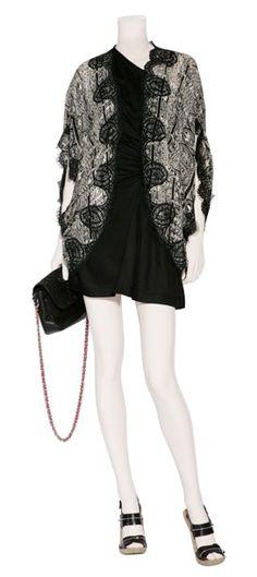 Outfit #115 Blusa de mangas descubiertas de algodón y encaje en color blanco y negro by Anna Sui. Vestido drapeado en jersey negro con zipper by Iro. Bolso de piel con el tirante de cadena al hombro by Rika. Sandalias de piel con suela de corcho en color negro by Givenchy.