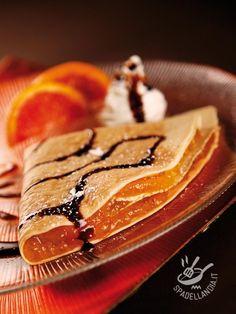 CREPES ALLA MARMELLATA DI ARANCE E CIOCCOLATO (Crepes with orange marmalade and chocolate) Come resistere alle Crepes alla marmellata di arance e cioccolato? Una tentazione golosissima che soddisfa tutti. E poi è una ricetta così facile! #orangemarmeladecrepes #crepes alla marmellata