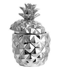Candle in a pineapple-shaped porcelain holder with a lid. Unscented. Diameter 2 1/4 in., height 3 3/4 in. Burn time 15 hours.