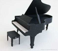 Miniature grand piano, constructed of paper, from Pepakura by Handson from Japan.