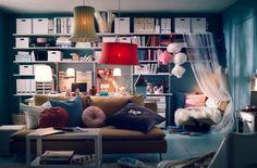"""Como é o espaço atrás do seu sofá? Para a maioria de nós, é uma parede ou um espaço vazio para nos escondermos quando passam filmes de terror, o que (não desfazendo quanto a essa utilidade!) nos levou a pensar em formas de tornar o espaço atrás do sofá mais prático, com muita arrumação e """"áreas"""" dif"""
