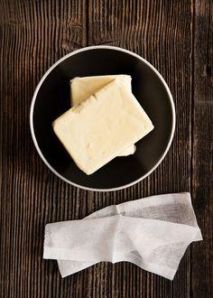 Měli jste štěstí a povedlo se vám koupit větší množství másla v akci? Tak to je ten správný čas na jeho přepuštění. Potřebujete jen silnostěnnou varnou nádobu a plátýnko; Mona Martinů