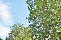 DIY Seifenblasen! Wir haben Seifenblasenflüssigkeit selbstgemacht und diese zauberhaften riesigen Seifenblasen durch die Luft schweben lassen. Leuchtende Kinderaugen und nasse T-Shirts inklusive! https://kinderhausundgarten.com/2016/07/31/schillernde-seifenblasen-leuchtende-kinderaugen-und-das-diy-patentrezept-fuer-noch-mehr-spass/