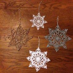 Än finns det tid att virka fina stjärnor till julgranen eller varför inte hänga några i fönstret? Så fram med garn och virknål och sätt fart! Perfekt att även bli av med lite restgarn :) Jag har an…