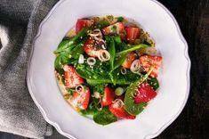 Rýžový salát s tuňákem | Apetitonline.cz Seaweed Salad, Caprese Salad, Menu, Chicken, Ethnic Recipes, Food, Drink, Menu Board Design, Beverage