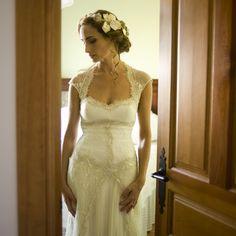 Tocado de flores de nácar y porcelana fría con encaje del vestido