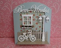 Enfeite de Porta Jardim Bicicleta - Azul Wood Crafts, Diy And Crafts, Scrapbook Paper Crafts, Box Frames, Decorative Plates, Projects To Try, Nameplate, Holiday Decor, Handmade
