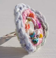 crochet circle ring. Crochet Rings, Crochet Jewellery, Diy Crochet, Crochet Hooks, Crochet Classes, Crochet Projects, Diy Jewelry, Handmade Jewelry, Crochet Circles