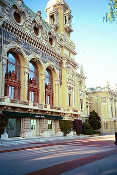Opera de Monte Cralo - Se toma como base las columnas, arcadas, balcones, y detalles de la fachada.
