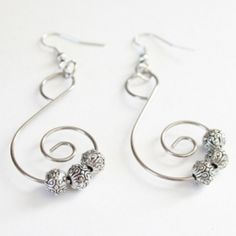 Looking for an easy new pair of earrings? This earring tutorial is quick, easy, cheap and surprisingly made!