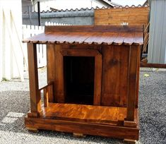 wooden pallet dog house with front shelter Pallet Dog House, Build A Dog House, Dog House Plans, Wooden Pallet Crafts, Wooden Pallets, Wood Crafts, Homemade Dog House, Manufactured Home Porch, Small Wood Projects
