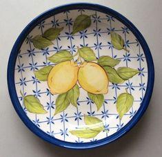 pratinho redondo limões no Elo7   STUDIO C (7EBBD2) Painted Plates, Ceramic Plates, Plates On Wall, Ceramic Pottery, Pottery Painting Designs, Pottery Designs, Ceramic Painting, Ceramic Art, Vintage Trailer Decor