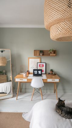 Working from home without much space? Find out how to work from home productively with this guide to setting up a home office work space in your bedroom Home Desk, Home Office Space, Home Office Design, Home Office Decor, Small Workspace, Desks For Small Spaces, Work Spaces, Desk Space, Small Room Bedroom