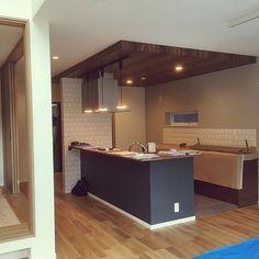 女性で、のペニンシュラキッチン/LIXIL リシェル/LIXIL タイル/Panasonic 照明…などについてのインテリア実例を紹介。「タイルも照明もついてて、やっと形になったキッチンに感動。1番こだわったところなので本当に感慨深い(T_T)」(この写真は 2017-01-30 01:21:13 に共有されました) Kitchen Dinning, Kitchen Decor, Natural Interior, Room Interior Design, Home Kitchens, Kitchen Remodel, Building A House, New Homes, House Design