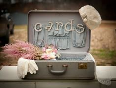 Doe je enveloppen in een koffer op je trouwdag. Zo heb je geen standaard enveloppendoos meer nodig