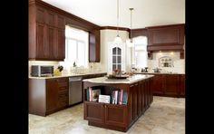 L'îlot de cuisine : une solution de rangement !  Armoires en érable et comptoir en Quartz.