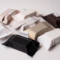 Niemand verpackt handgemachte Seifen schön wie Carole Dichampt von der kleinen französischen Seifenmanufaktur Cousu de Fil Blanc – u.a. bei Kitchener erhältlich.