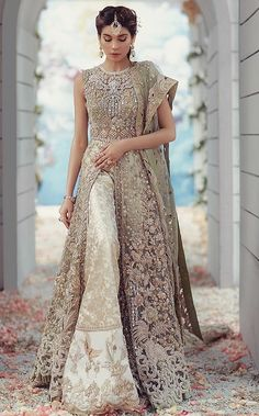 Buy this indian punjabi dress with heavy patterns online from uk, usa or canada as we totally recommend it for all the gorgeous ladies who want to achieve a richer and enhanced look that will make them win hearts, Indian Wedding Gowns, Pakistani Wedding Outfits, Bridal Outfits, Pakistani Dresses, Indian Bridal, Indian Dresses, Moda Indiana, Party Kleidung, Punjabi Dress