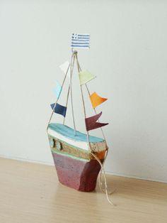Keramik Segelboot mit bunten Fahnen Steingut von ArktosCollectibles