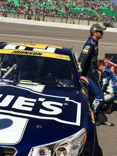 Final preparations are underway pre-race. #lowes48 (Photos and videos by Team Lowe's Racing (@LowesRacing)   Twitter)