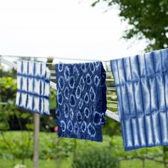 Learn to work the shibori technique to get these beautiful and easy to make tablecloth and towels (in German).