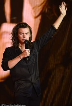 One Direction experienced tech problems at their London show last night, and they handled it like, well, One Direction. http://dailym.ai/1LCnOmC http://vine.co/v/exmuMlB3v1l