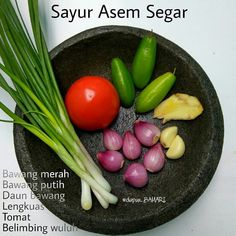 Ingredients for making Tamarind or sour vegetables spice. A typical Indonesian dish Asian Recipes, Healthy Recipes, Ethnic Recipes, Indonesian Cuisine, Western Food, Base Foods, Vegetable Recipes, Food Hacks, Food To Make