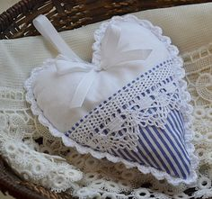 Que des cœurs Lavender Crafts, Lavender Bags, Fabric Ornaments, Felt Ornaments, Valentines Day Hearts, Valentine Crafts, Sewing Crafts, Sewing Projects, Shabby Chic Hearts