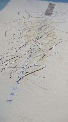 Gestuelle et petites capitales - Calligraphie Julien Chazal