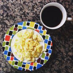 Bom dia com o básico ovos mexidos com café purinho. E vc ainda adoça seu café?  Sexta começo um #30diasbichoeplanta quem vem comigo? #lchf #lowcarbhighfat #lowcarb #paleo #paleolife #drsouto #egg #coffee #comacomida #realfood #eatrealfood by isacbvm