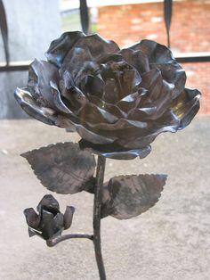Welding Crafts, Welding Art, Blacksmith Projects, Blacksmith Shop, Metal Roses, Forging Metal, Scrap Metal Art, Iron Work, Metal Artwork