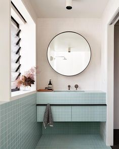 Small bathtub: inspiring models and photos - Home Fashion Trend Bathroom Interior, Modern Bathroom, Colorful Bathroom, Baby Bathroom, Bathroom Laundry, Blue Bathrooms Inspiration, Small Bathtub, Mirrored Furniture, Design Blog