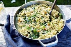One pot pastapanne med løk, squash, spinat og cottage cheese One Pot Pasta, Cottage Cheese, Fried Rice, Ricotta, Pasta Salad, Squash, Ethnic Recipes, Food, Drinks