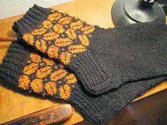Lomalla on ollut mukava neuloskella kirjoneuletta. Näiden sukkien kirjoneuleen löysin Pinterestin näistä lapasista ja koska malli oli...