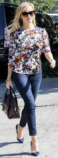 Reese Witherspoon looks lovely in floral top Fresh as a daisy! Reese Witherspoon looks lovely in floral topFresh as a daisy! Reese Witherspoon looks lovely in floral top Celebrity Style Inspiration, Mode Inspiration, Casual Outfits, Fashion Outfits, Womens Fashion, Pretty Outfits, Cute Outfits, Reese Witherspoon Style, Look Office
