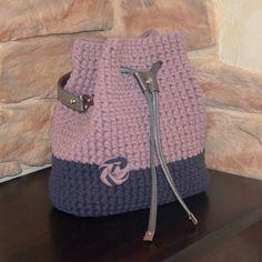 Crochet handbag, Gray lilac bucket bag, T shirt yarn lilac gray bag, Crochet cross body bag, Trendy Free Crochet Bag, Crochet Shell Stitch, Crochet Cross, Crochet Bags, Drawstring Bag Diy, Diy Tote Bag, Tshirt Garn, Mochila Crochet, Crochet Backpack