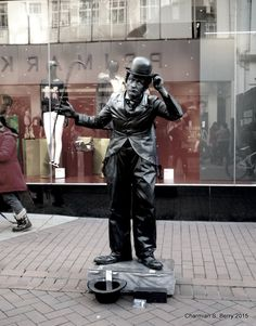 ***CLICK IMAGE*** December 26, 2015 - Great street entertainer - mime and dance