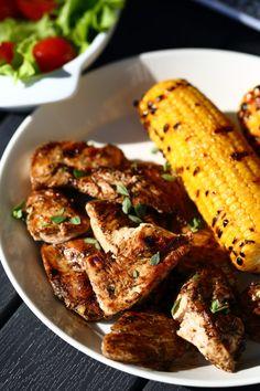 Piimämarinoidut, grillatut broilerin pihvit - Suklaapossu Chicken Wings, Curry, Dishes, Meat, Recipes, Food, Curries, Tablewares, Recipies