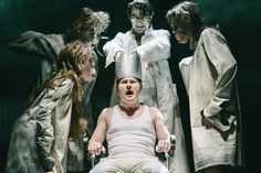 """""""Peer Gynt"""" (c) Thomas Dashuber vorne Mitte Shenja Lacher (Peer Gynt), hinten Mitte Michele Cuciuffo (Begriffenfeldt, Direktor des Irrenhauses zu Kairo), Ensemble #PeerGynt #Residenztheater #Muenchen #Buehne #King #Lacher #Gyntiania #Maske"""