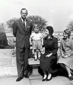 The British royal family in 1962 celebrating Prince Andrew's birthday. Princess Diana Photos, Princess Anne, Princess Margaret, Hm The Queen, Save The Queen, King Queen, Prinz Andrew, Prinz Philip, Young Queen Elizabeth