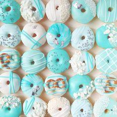 Kawaii Food - Vickie Liu et ses donuts tout bleus Cute Snacks, Cute Desserts, Party Desserts, Cute Food, Party Cakes, Fancy Donuts, Blue Donuts, Donuts Donuts, Donuts Tumblr
