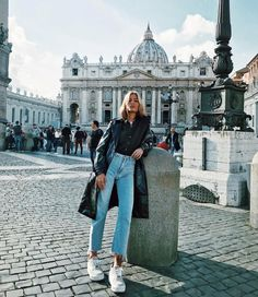 As the new year rolls around, we all reflect on our past and the years to come. If 2018 left you wanting a change, incorporate these. Street Style Vintage, Rome Street Style, Italy Outfits, Foto Casual, Mode Inspiration, Photography Poses, Winter Outfits, Winter Fashion, Cute Outfits