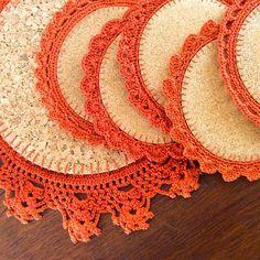 Posa vasos y jarra hechos con bases redondas de corcho y bordes tejidos a crochet!