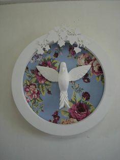 Quadro Espírito Santo com fundo em tecido floral e arabesco de folhas.