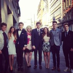 Joey zoe alfie louise tanya jim sam and marcus on their way to the 1D premiere!