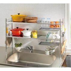 ステンレス棚が使いやすい、人気の水切りかご。お皿とお鍋を左右で区分けして、美しく機能的に。シンクいっぱいをまたいぐので狭いキッチンに適した水切りラックです。発売直後からディノスで人気の水切りかごです。