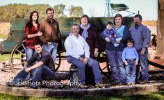BuckShots Photography / large family pose / outside / fall /