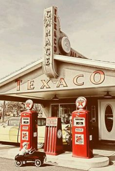My Father owned a Texaco Station. When I was in High School I worked at the station one summer. People were surprised to see a young girl pumping gas and washing windows! Gas was around 36 cents a gallon. Velo Vintage, Vintage Ads, Vintage Photos, Vintage Tools, Drive In, Old Gas Pumps, Vintage Gas Pumps, Station Essence, Pompe A Essence