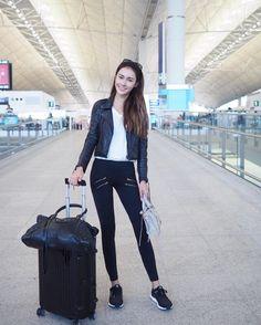 Ver esta foto do Instagram de @sadelle • 2,648 curtidas Hongkong Outfit Travel, Airport Travel Outfits, Travel Attire, Travel Ootd, Travel Chic, Travel Style, Airport Chic, Airport Style, Singapore Outfit